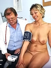Vanda speculum pussy exam by kinky gyno doctor