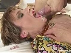 Pussy licking and peeing lesbian babes licks peeing chick