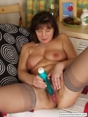 Old babe exposing her natural hairy snatch