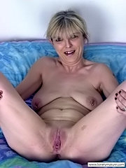 Slutty mature mom exposing her bald pussy